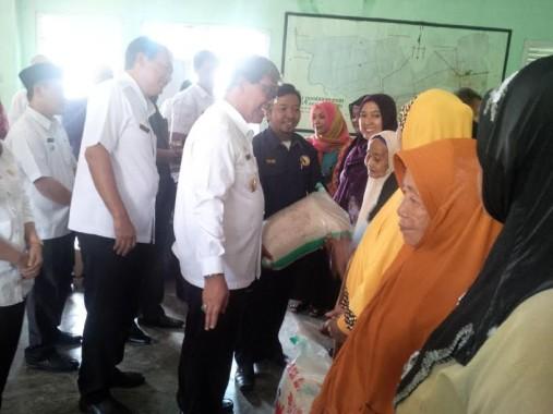 Dukung Usaha Kain Batik, Wakil Bupati Lamteng Serahkan Bantuan Alat Cetak Batik