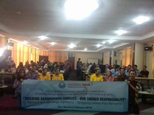 Warga Menjarah Solar dari Mobil Tangki Terguling di Jalan Pramuka Bandar Lampung