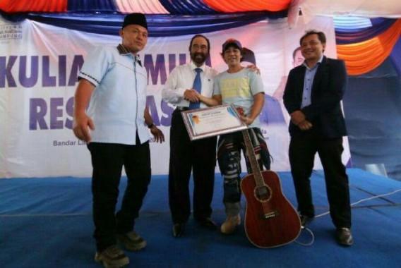 Kim Commanders saat menerima penghargaan dari Ketua Umum Partai Nasdem Surya Paloh, Sabtu, 8/10/2016. | Ist