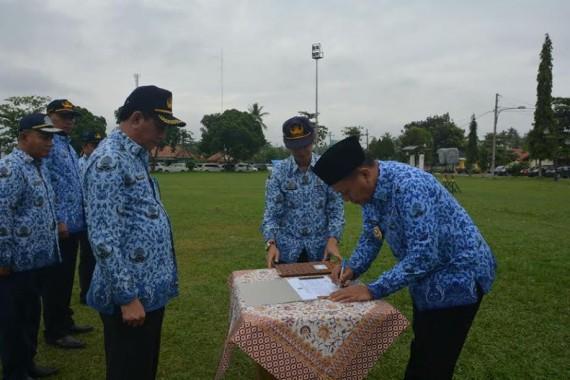 Bupati Mustafa saat menandatangani fakta integritas pemberantasan pungli | Raeza/jejamo.com