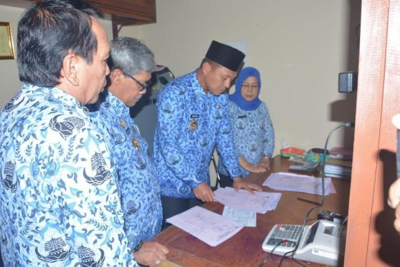 Bersama wakilnya Bupati Lampung Tengah melakukan sidak ke Dipenda dalam upaya pemberantasan calo pungli | Raeza/jejamo.com