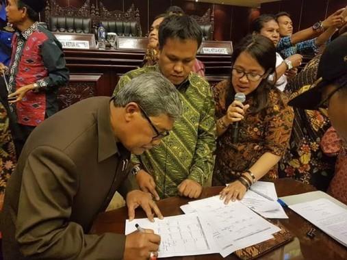 Wakil Bupati Lampung Tengah, Saat menandatangani Nota Kesepakatan di Senayan | ist