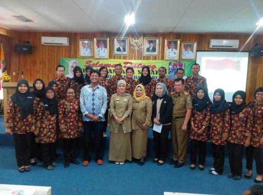 Bupati Lampung Timur Chusnunia Chalim dan para tenaga kesehatan dari Tim Nusantara Sehat, Selasa, 18/10/2016. | Suparman/Jejamo.com