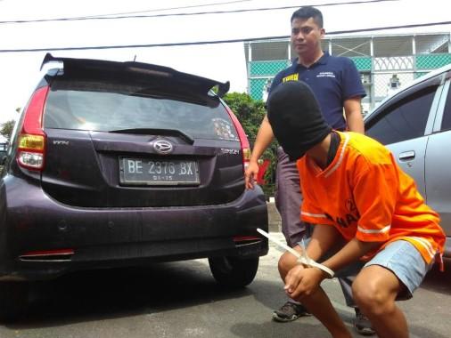 Oknum Pol PP Bandar Lampung yang diduga menggelapkan mobil yang ia sewa, di Polresta setempat, Minggu, 16/10/2016. | Andi Apriyadi/Jejamo.com