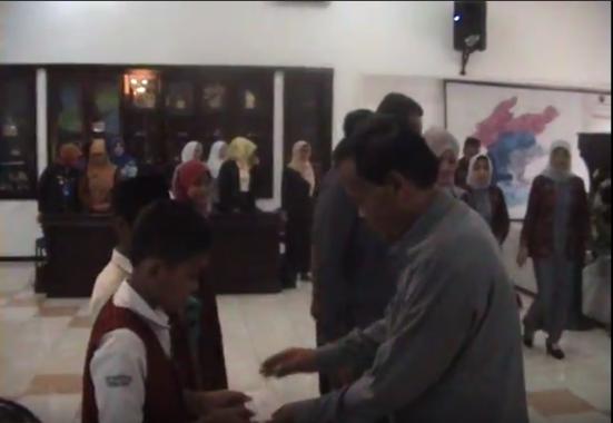 Wali Kota Metro Pairin Serahkan Bantuan untuk Siswa