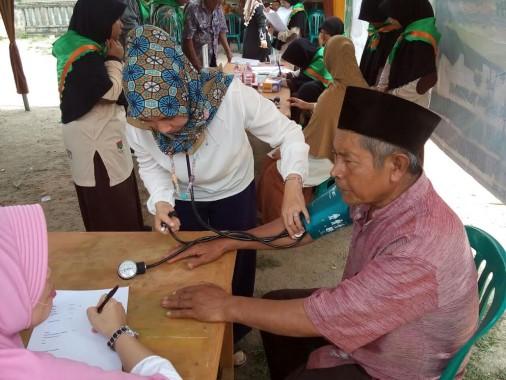Pemeriksaan kesehatan program Siswa Mengabdi SMPIT Daarul Ilmi di Desa Sumberejo, Pagelaran, Pringsewu, Minggu, 9/10/2016. | Ist