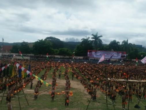 Sebanyak 25.000 anggota Pramuka Bandar Lampung memainkan semaphore dalam rangka pemecahan rekor MURI | Sugiono/jejamo.com