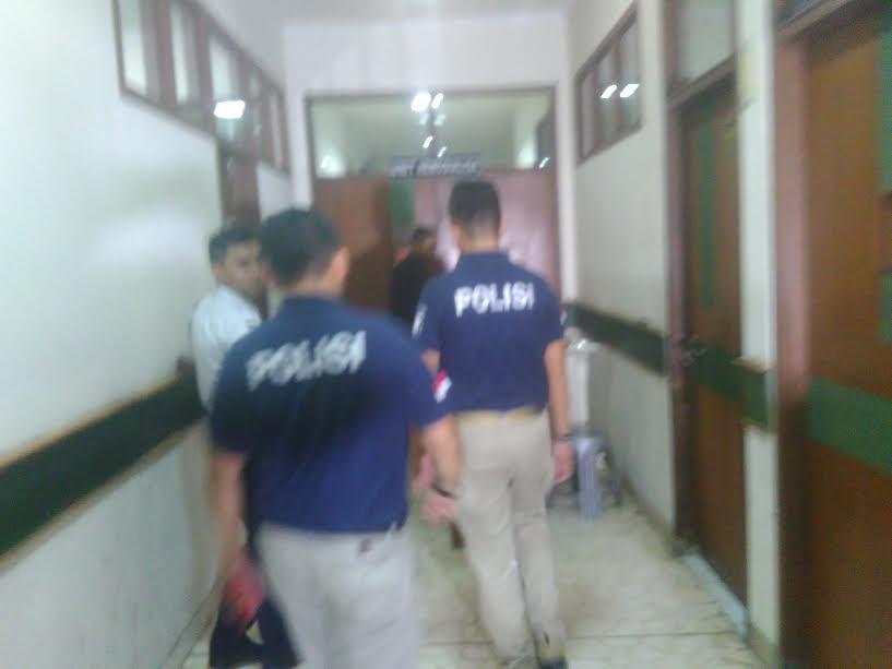 Petugas Direktorat Kriminal Khusus Polda Lampung melakukan olah TKP di RS Bumi Waras, Bandar Lampung, Selasa, 18/10/2016 | Andi/jejamo.com