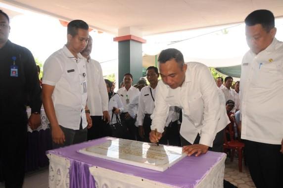 Bupati Tulang Bawang Barat Umar Ahmad menandatangani prasasti peresmian puskesmas rawat inap Poned Suka Jaya Kecamatan Gunung Agung | Mukaddam/jejamo.com