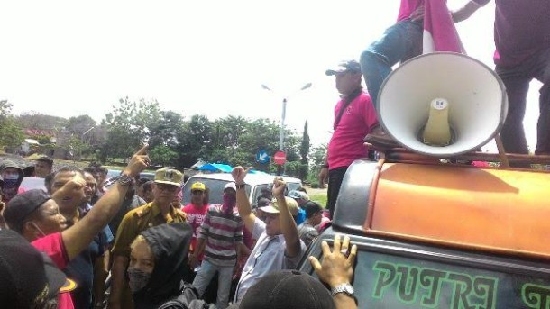 ratusan-pemuda-demo-kantor-bupati-lamtim