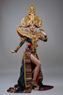 Ariska Putri Pertiwi wakil Indonesia yang akan tampil dalam ajang Miss Grand International 2016 dengan menggunakan pakaian adat Lampung dengan konsep Royal Sigokh | Ist