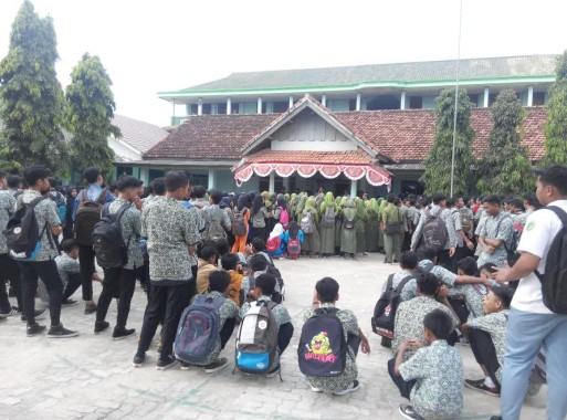 Kisruh SMA Ma'arif 5 Purbolinggo, Bupati Chusnunia Chalim Kunjungi Siswa