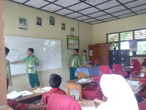 Siswa SMPIT Daarul Ilmi sedang memberikan pelajaran kepada adik asuh dalam program Siswa Mengabdi di Desa Sumberejo, Pagelaran, Pringsewu, Minggu, 9/10/2016. | Ist