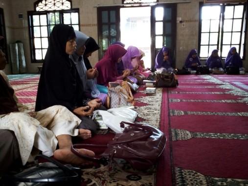 Mengapa Para Ibu Masjid Al Amanah Sepangjaya Bandar Lampung Semangat Hafalkan 3 Surat Alquran Ini?