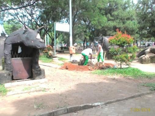 Dikeluhkan Warga, Dinas Tata Kota Mulai Perbaiki WC Umum di Taman Kota Metro