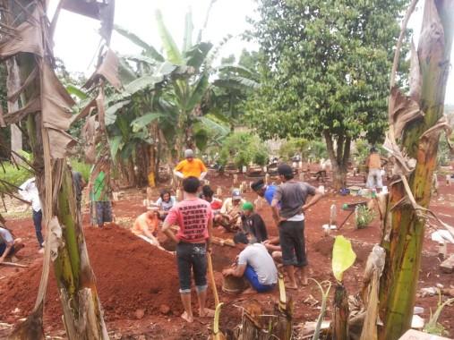 sejumlah-warga-menggali-liang-lahat