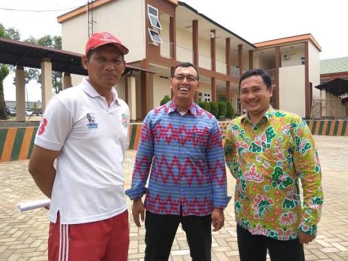 Wakil Kepsek Bidang Kurikulum, Eko Prasetyo (kiri), Wakil Kepsek Bidang Kesiswaan, Safrizal (tengah), dan Kepala Humas SMANO, Sihabudin (kanan), sesaat usai berdialog dengan Jejamo.com | Arif/jejamo.com