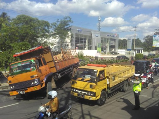 Tak Kuat Menanjak Truk Ini Malah Hancurkan Median Jalan di Depan Kantor PLN Lampung