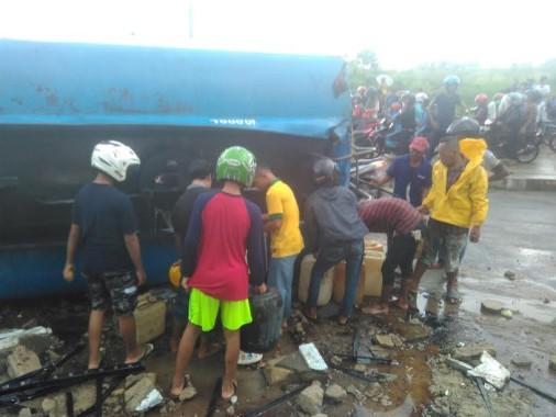 Warga menjarah  solar dari mobil tangki yang terguling di Jalan Pramuka, Bandar Lampung | Andi/jejamo.com
