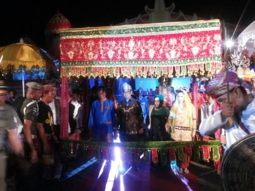 Ketua umum DPW LASQI Provinsi Lampung Yustin Apriliani Ridho Ficardo diarak bersama tamu undangan | ist
