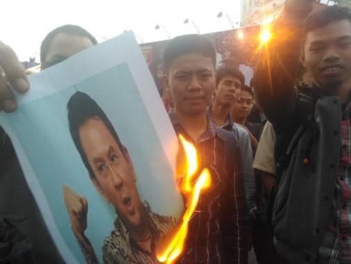 Massa Bakar Foto Ahok di Bundaran Tugu Adipura Bandar Lampung