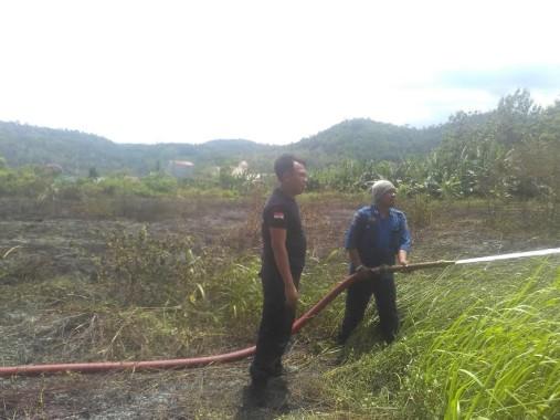 Petugas Damkar Sempat Kewalahan Padamkan Api di Lahan Kosong Perumahan Puri Gading Bandar Lampung