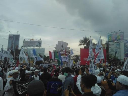 Massa aksi demo di Tugu Adipura, Bandar Lampung, Jumat, 25/11/2016 | Andi/jejamo.com