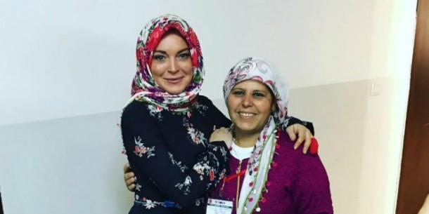 Bawa Al-Quran dan Kenakan Hijab, Ini Penjelasan Lindsay Lohan