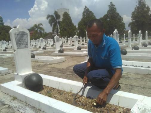 Cerita Sugito Penjaga Taman Makam Pahlawan Kedaton Bandar Lampung Sambut Hari Pahlawan