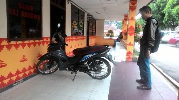 Brakk! Motor Curian di Pasar Cendrawasih Metro Jatuh ke Lantai Dasar