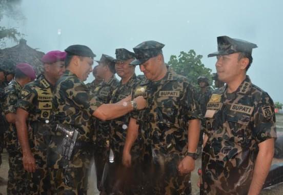 Gubernur Lampung M. Ridho Ficardo saat menyematkan brevet kavaleri kepada Bupati Lampung Tengah Mustafa.   Raeza Handani/Jejamo.com