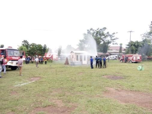 Lapangan Koramil Kebakaran, Petugas BPBD Lampung Utara Sigap Padamkan Api