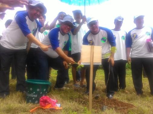 Kepala Puslitbang Kemen PUPR dan Sekda Lampung Utara Lakukan Penanaman Pohon di Way Rarem