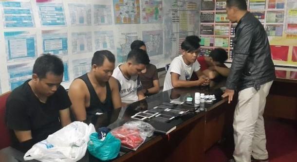 FPI dan Polisi Grebek Pesta Seks Kaum Gay, 13 Pria Setengah Telanjang Diamankan