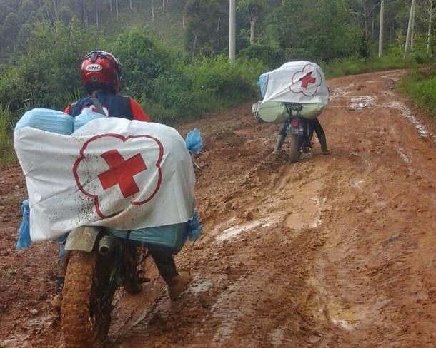 Petugas PMI Berjibaku dengan Jalan Berlumpur Demi Salurkan Bantuan untuk Korban Banjir di Bandarnegeri Suoh Lambar