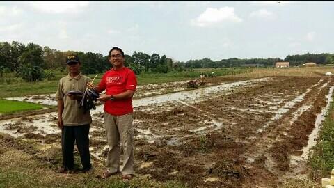 Kepala Dinas Pertanian Perikanan dan Kehutanan Kota Metro Yeri Ehwan  bersama petani Kecamatan Metro Utara. | Haris/Jejamo.com