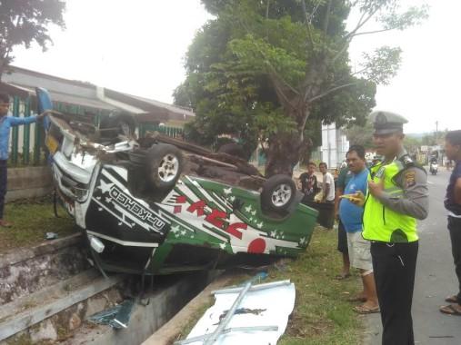 Breaking News: Angkot Jurusan Pahoman Terbalik, Seluruh Penumpang Luka-luka