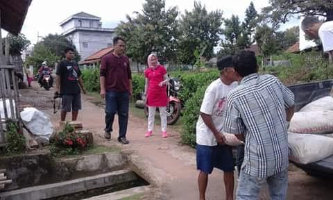 Ketua DPRD Anna Morinda bersama tim terjun melihat bedah rumah dan memberikan bantuan material di Kelurahan Iringmulyo. | Haris/Jejamo./com