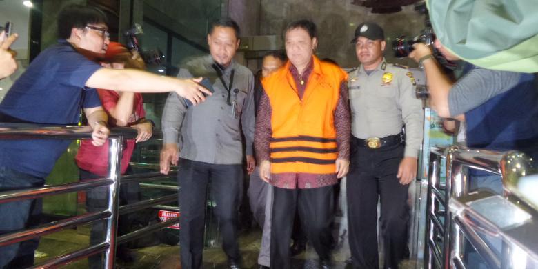 Bupati Tanggamus Bambang Kurniawan digiring petugas KPK ke mobil tahanan, Kamis, 22/12/2016. | Kompas.com/Abba Gabrillin
