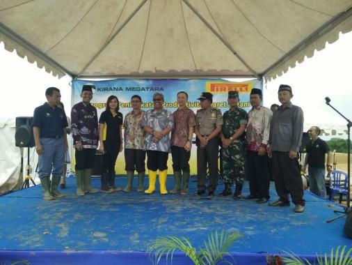 Wakil Bupati Lampung Tengah Loekman saat berfoto bersama dengan jajaran PT Kirana Megatara Group.   Raeza/Jejamo.com