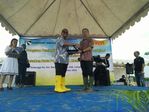 Wakil Bupati Lampung Tengah Loekman menerima cenderamata dari pimpinan PT Kirana Megatara Group.   Raeza/Jejamo.com