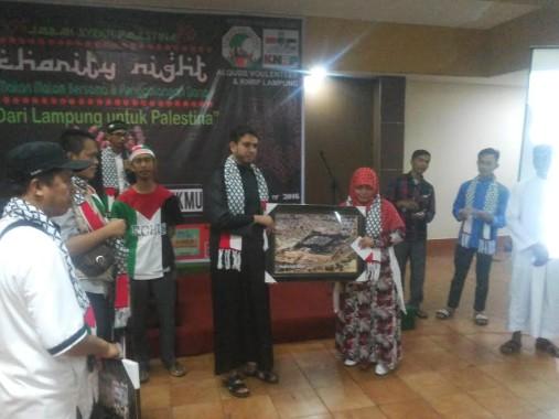 KNRP Lampung dan Alquds Voulenteer melakukan penutupan pelaksanaan penggalangan dana untuk rakyat palestina di Rumah Makan Garuda, Jumat malam, 30/12/2016 | Sugiono/jejamo.com