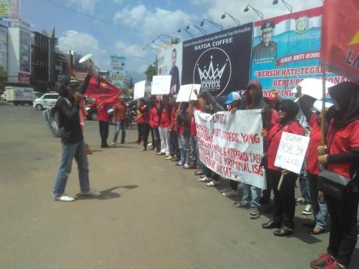 Sejumlah massa yang tergabung dalam Aliansi PPRL menggelar aksi demo di Tugu Adipura, Sabtu, 10/12/2016 | Andi/jejamo.com