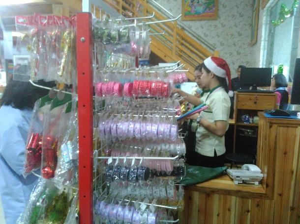 Salah satu karyawati toko Deoni Way Halim yang mengenakan aksesoris Natal, Rabu, 14/12/2016 | Andi/jejamo.com