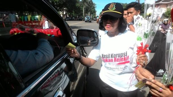 Peringati Hari Anti Korupsi se-Dunia, Kejari Metro Bagikan Stiker dan Bunga