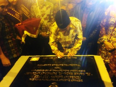 Wali Kota Bandar Lampung Herman HN saat menandatangani batu prasasti peresmian flyover Gajah Mada-Antasari, Bandar Lampung, Senin, 26/12/2016 | Andi/jejamo.com