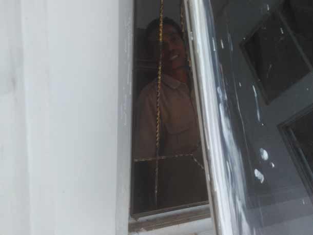 Bercak cat tembok yang menempel di beberapa jendela kantor DPRD Lampung Tengah hanya di biarkan dan tidak di bersihkan. Ini salah satu hasil pekerjaan yang membuat anggota dewan geram | Raeza/jejamo.com