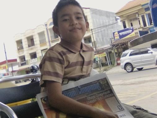 Aldi, Potret Anak-Anak Penjual Koran di Bandar Lampung
