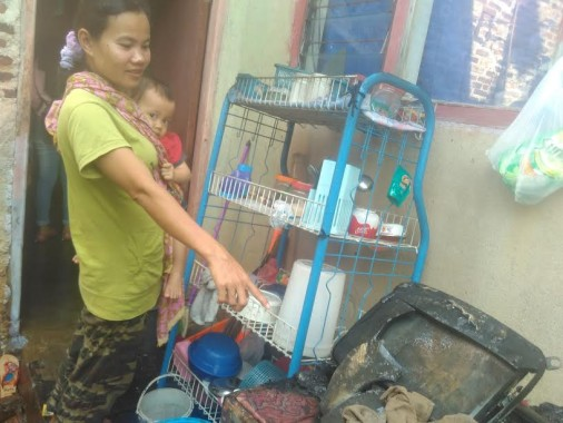 Tetangga korban kebakaran saat menunjukkan televisi yang terbakar, Kamis, 1/12/2016 | Andi/jejamo.com