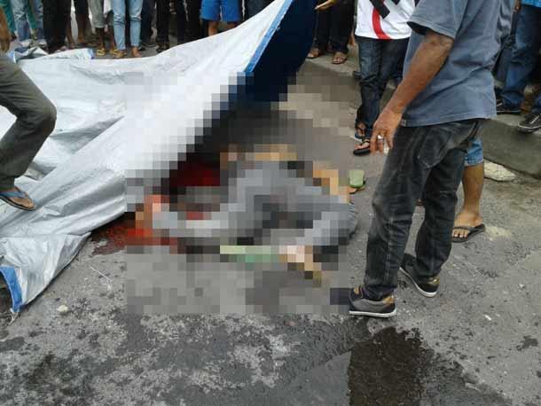 Sejumlah warga saat mengevakuasi korban kecelakaan menewaskan pasang suami istri di Jalan Soekarna Hatta, By Pas, Bandar Lampung, Senin, 5/12/2016 |ist